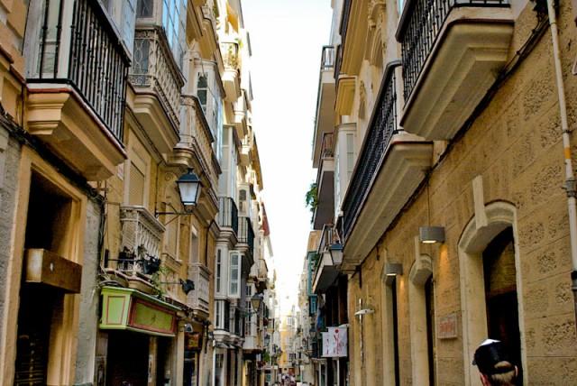 busy street in Cadiz